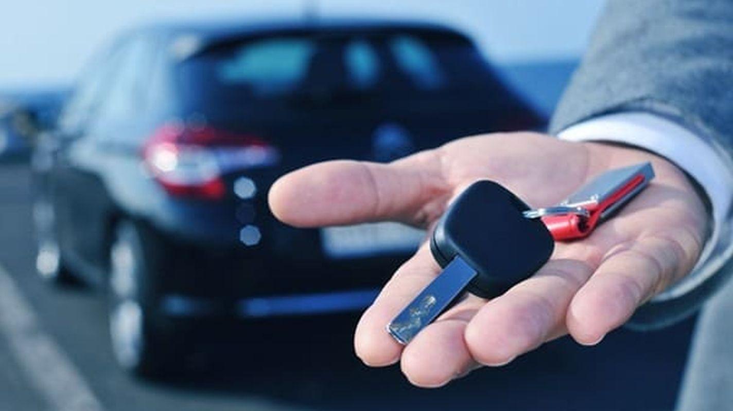 Najam automobila s vozačem najavljivača ponude