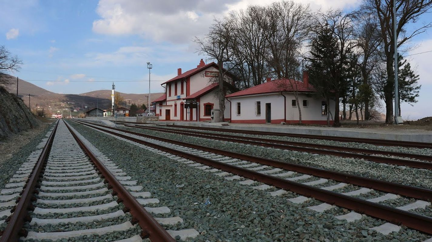 Construcción de senderos para caminar a varias estaciones en samsun thick line