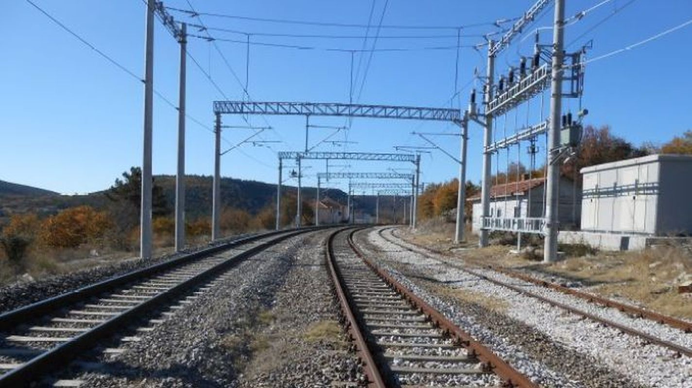 Obras de construção de linha de transmissão de energia para subestações